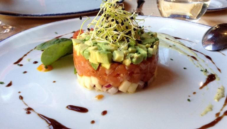 Tartar de salmón y aguacate de Mercado del Herrero