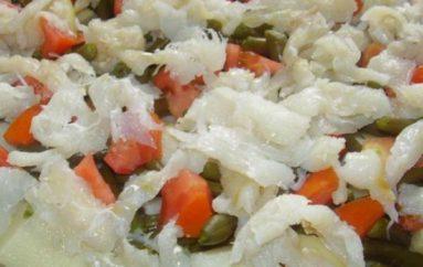 Ensalada fría de bacalao con salsa de alcaparras