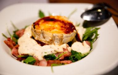 Ensalada de queso de cabra, bacon y espinacas con salsa de miel y mostaza