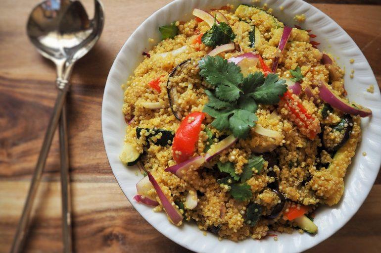 Receta fácil de ensalada de quinoa con salsa vinagreta