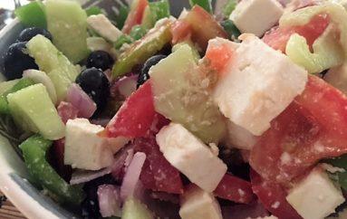 Ensalada griega con salsa de  yogurt