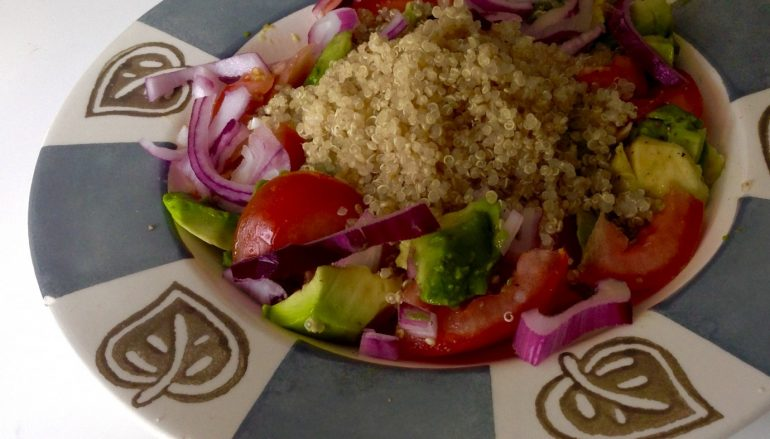 Receta fácil de ensalada de quinoa, aguacates y tomates