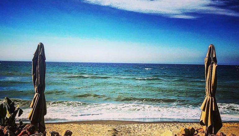 La calma playa, a un paso del cielo