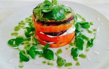 Timbal de tomate, mozzarela y salsa pesto a la Delicatessen