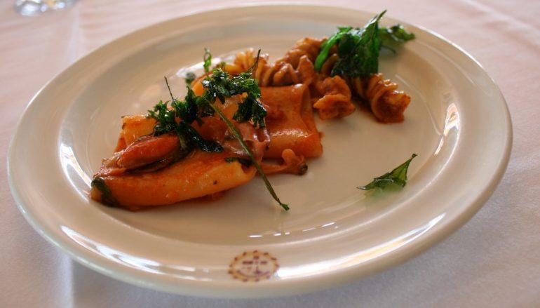 Paccheri con salsa de calamares, tomate, mejillones y rúcula