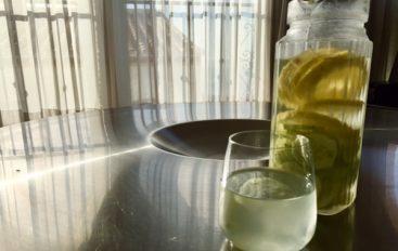 Remedio casero contra la retención de líquidos: Agua de pepino, jengibre y limón: