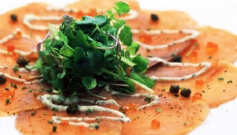 Carpaccio de trucha con ensalada y salsa de trufa