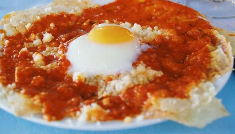 Regañá a la italiana con tomate y huevo