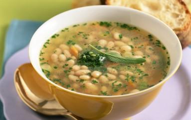 Sopa de   garbanzos  y cuadraditos de pasta