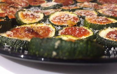 Mini pizzas de calabacín con tomate y Parmesano