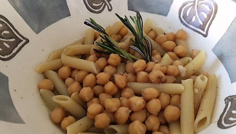 Caldo de pasta y garbanzos con romero