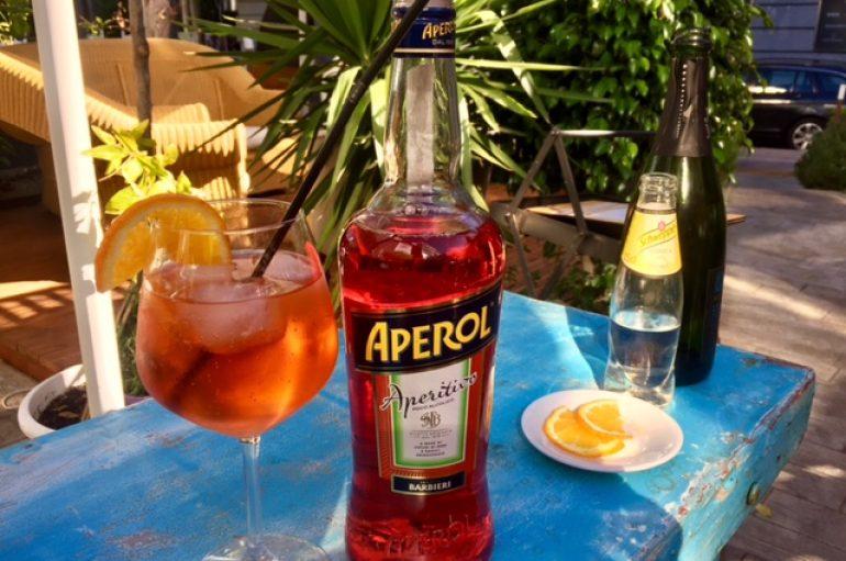 Aprende a hacer un Aperol Spritz, la bebida más chic del verano